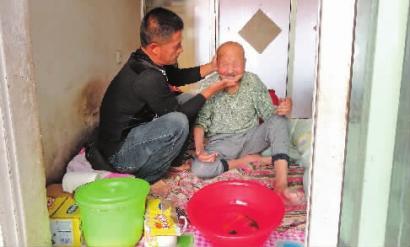按协议赡养孤寡老人 可以继承征地补偿吗?